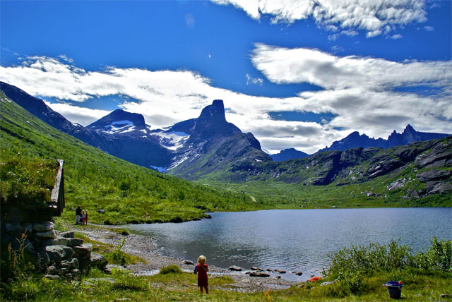 The_Vengedalen_Valley_in_64